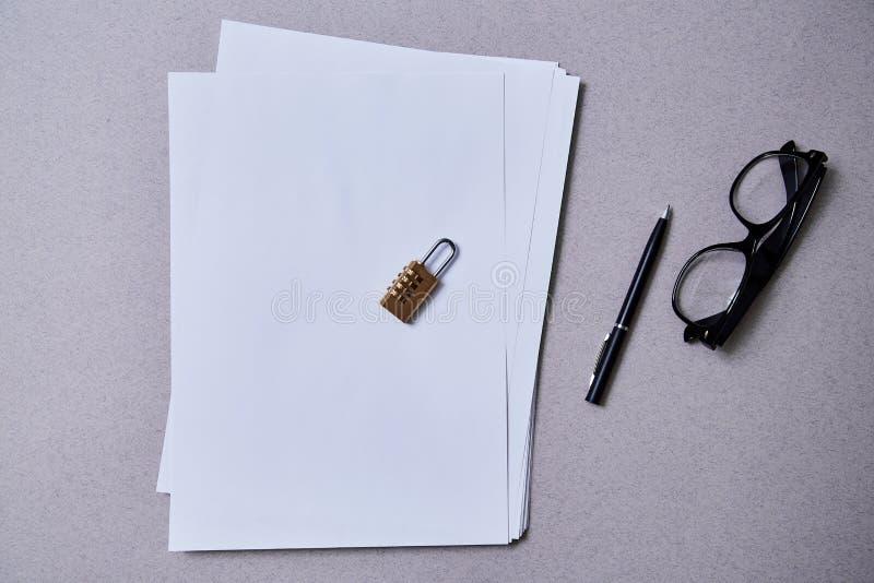 Патент, авторское право или интеллектуальная концепция защиты: замок лежа на пакете листов бумаги стоковая фотография rf