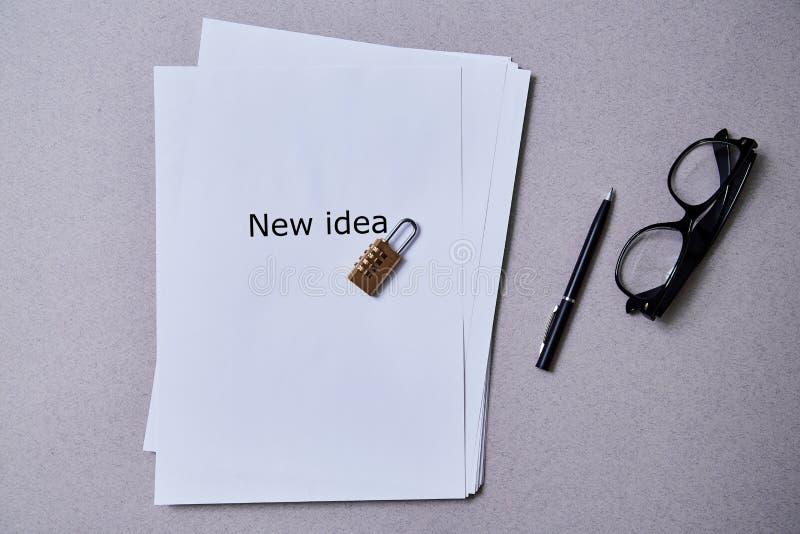 Патент, авторское право или интеллектуальная концепция защиты: замок лежа на пакете листов бумаги с надписью стоковая фотография rf