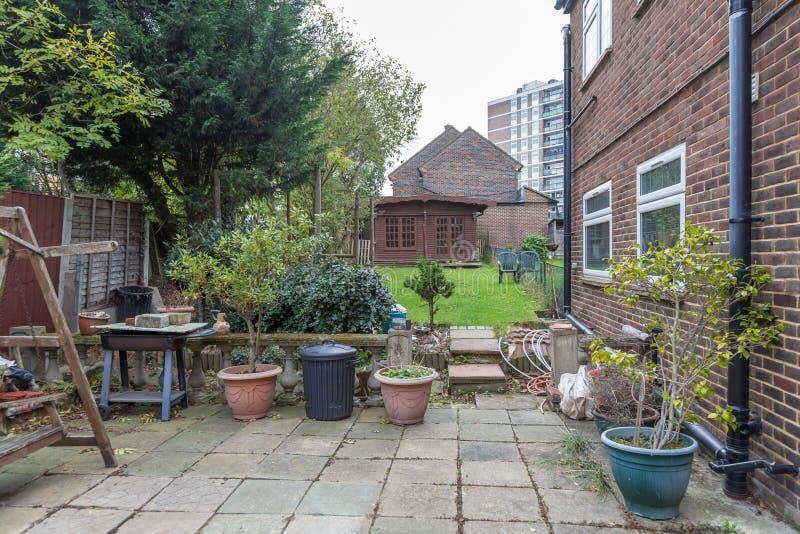 Патио, сад за домом с деревянной кабиной на задней части стоковое фото