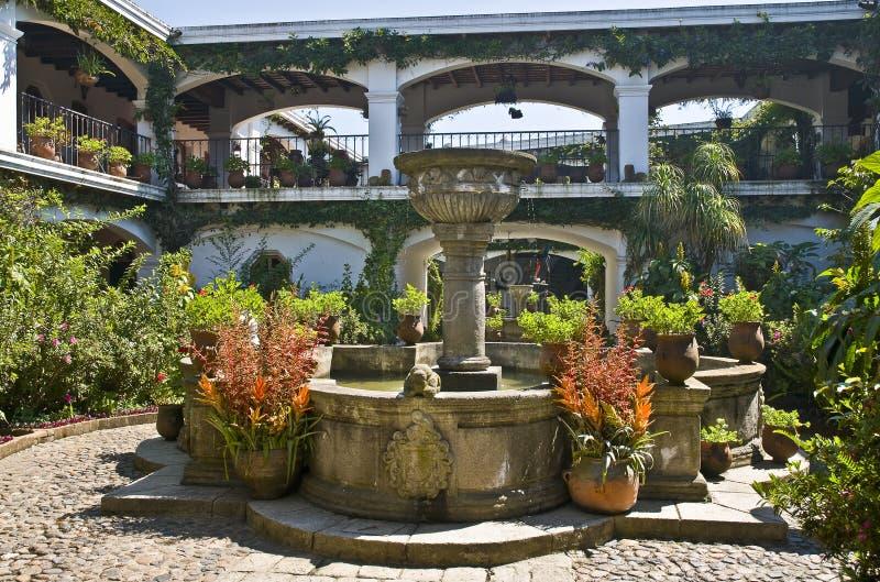 патио фонтана стоковые фотографии rf