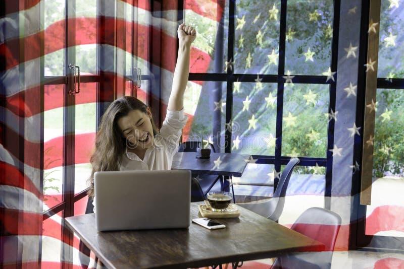 Патриотическая смесь счастливой молодой половинной Тайск-американской женщины в h стоковые изображения rf