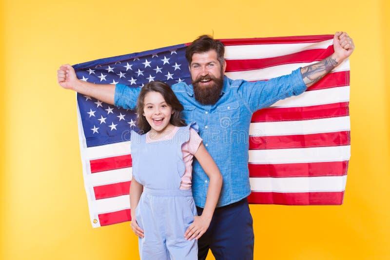 Патриотический четвертое -го июль Патриотическая семья празднуя День независимости Бородатый человек и небольшой показ ребенка па стоковые изображения rf