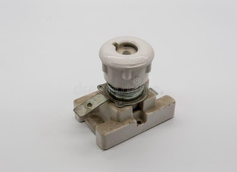 Патрон предохранителя электрического патрона выреза керамический на белизне стоковое фото