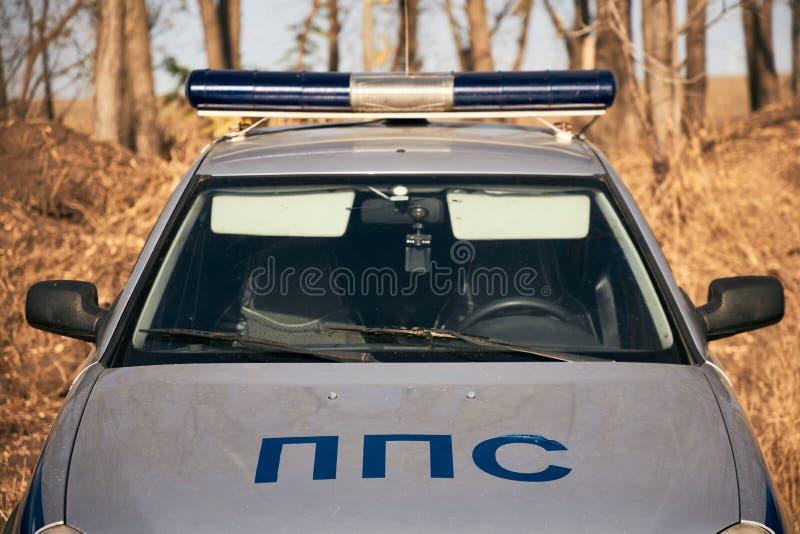 Патрульный автомобиль полиции стоит на краю осеннего леса стоковое фото