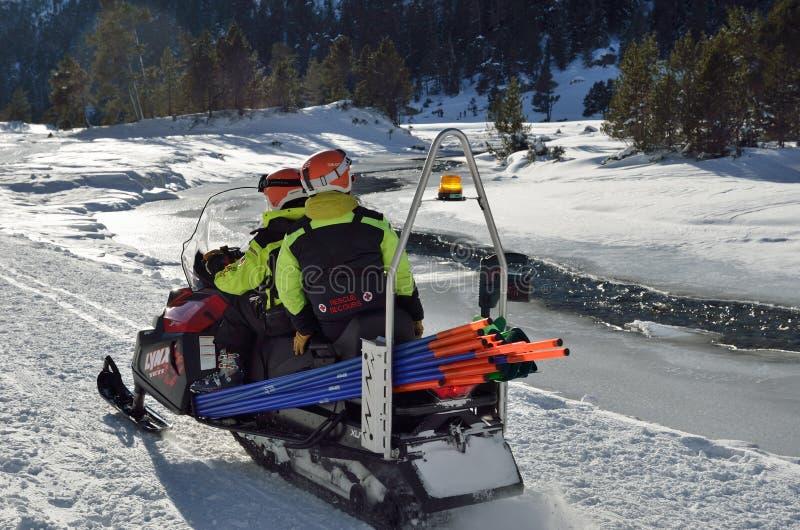 Патруль лыжи в долине горы стоковое фото rf