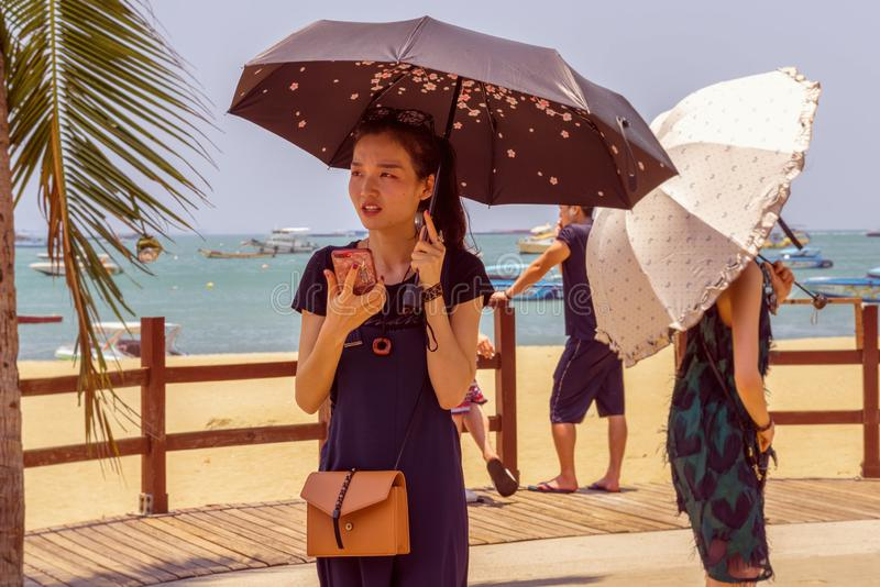 ПАТТАЙЯ, ТАИЛАНД - 19,2019 -ГО АПРЕЛЬ: Beachroad женщина a молодая и красивая китайская стоковое изображение rf