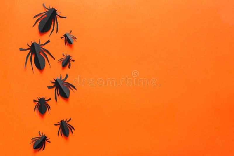 Пауки на оранжевой предпосылке Концепция праздника хеллоуина E стоковая фотография