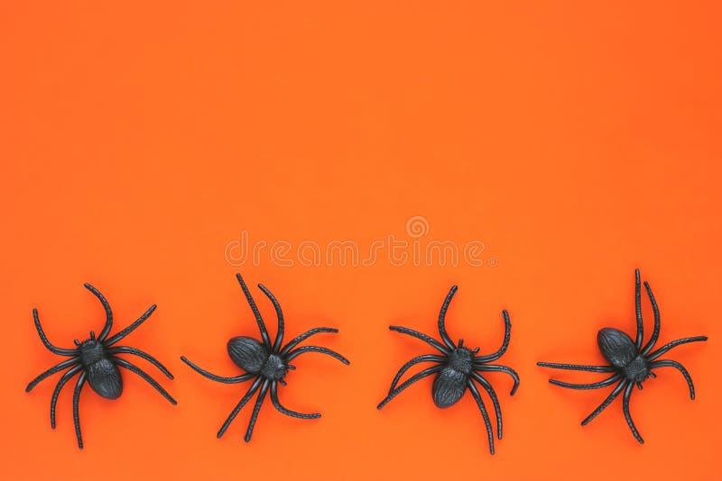 Паук игрушки на оранжевом фоне Хэллоуин Фестивальная карта, рама для праздника, баннер Верхнее представление Символ праздника Коп стоковое фото