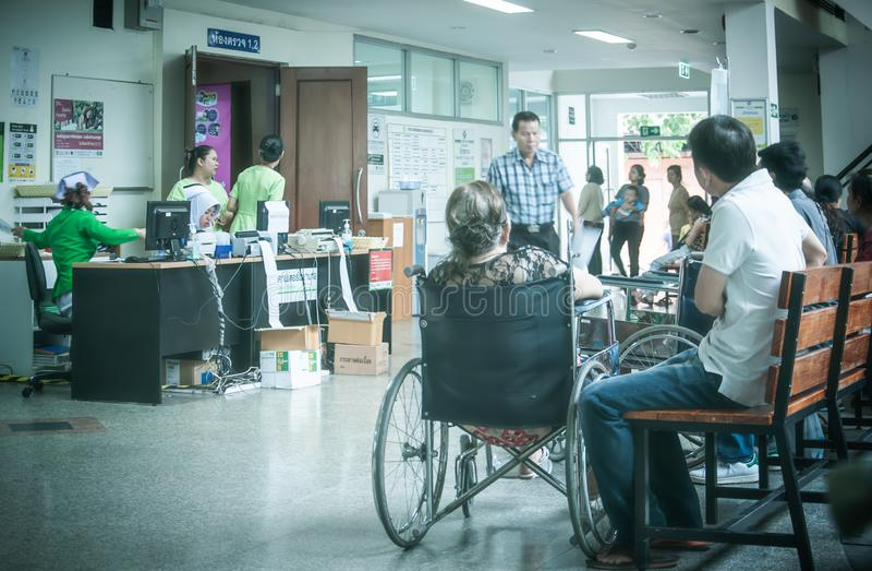 Пациенты были залом ожидания мест получить обработку от доктора, предпосылки в больнице на больнице Kluaynamthai стоковое изображение rf