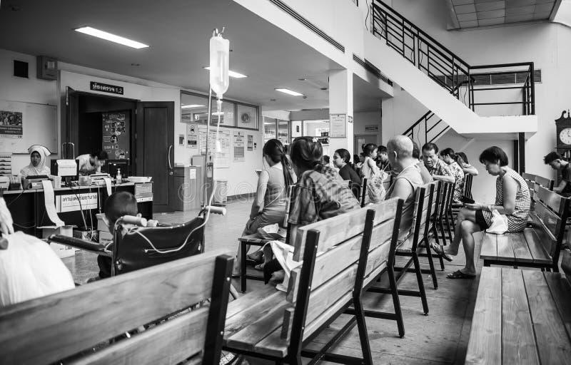 Пациенты были залом ожидания мест получить обработку от доктора, предпосылки в больнице на больнице Kluaynamthai стоковые изображения rf