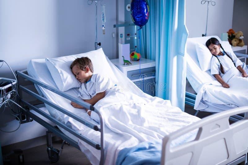 Пациенты спать на кровати стоковая фотография rf