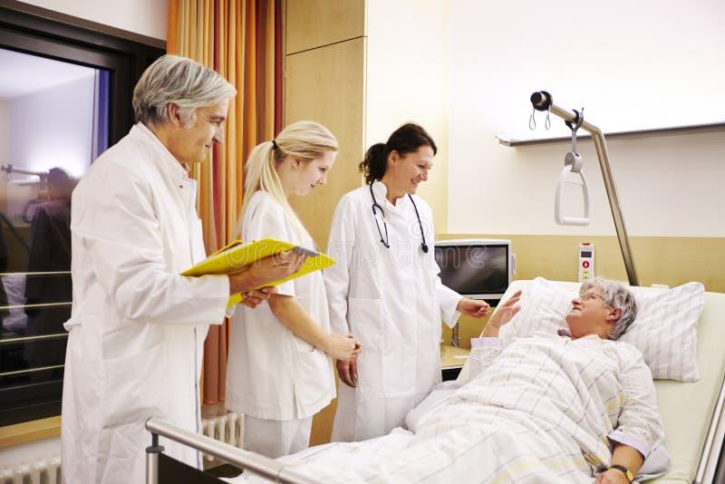 Пациент больничной палаты в кровати стоковая фотография