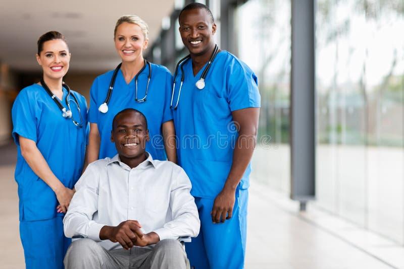 пациент выведенный из строя работниками службы здравоохранения стоковое изображение