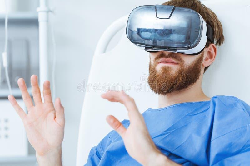 Пациент в изумлённых взглядах VR стоковая фотография rf