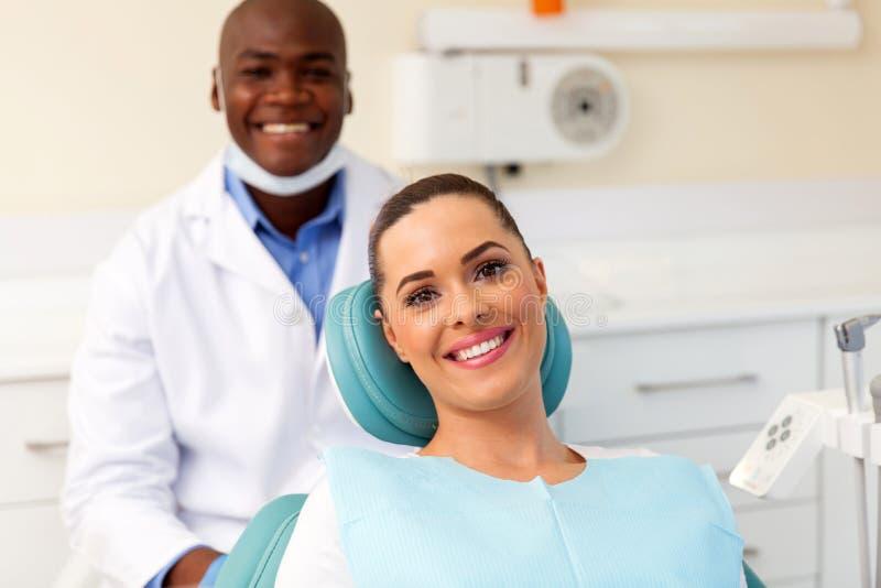 Пациент в офисе дантиста стоковое фото rf