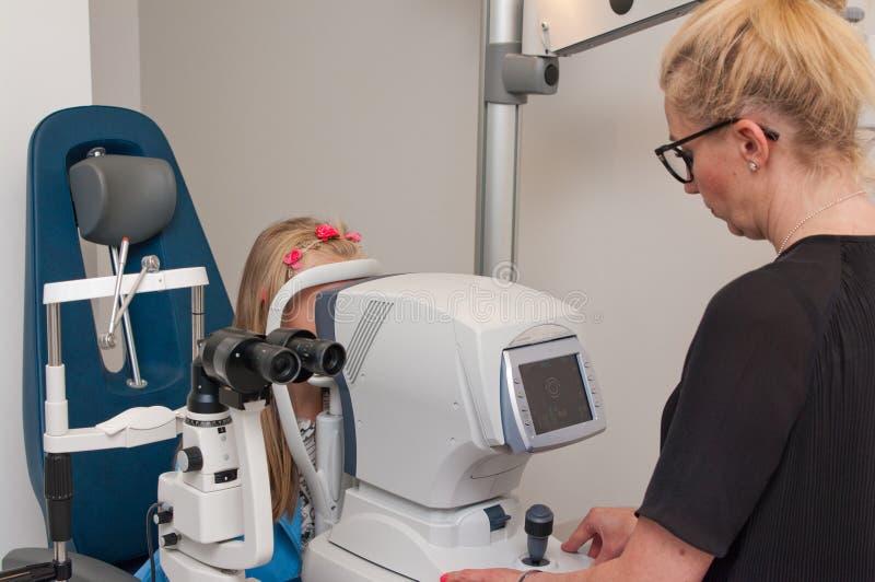 Пациент в офисе optometrist для рассмотрения глаза стоковая фотография
