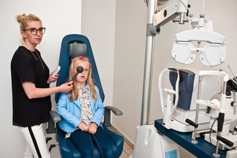 Пациент в офисе optometrist для рассмотрения глаза стоковое фото rf