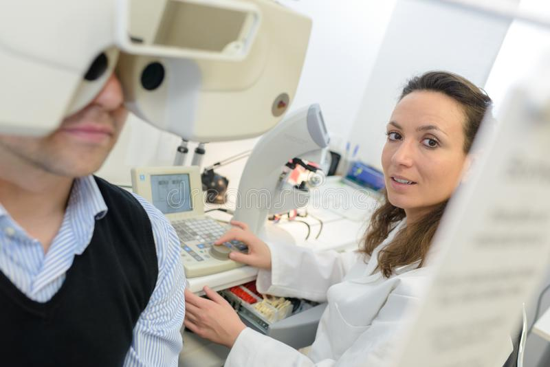 Пациент доктора взрослой женщины examing стоковое фото