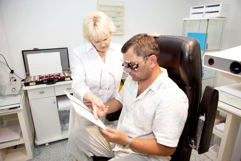 пациент доктора рассматривая стоковое изображение rf