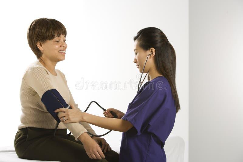 пациент доктора рассматривая стоковая фотография rf
