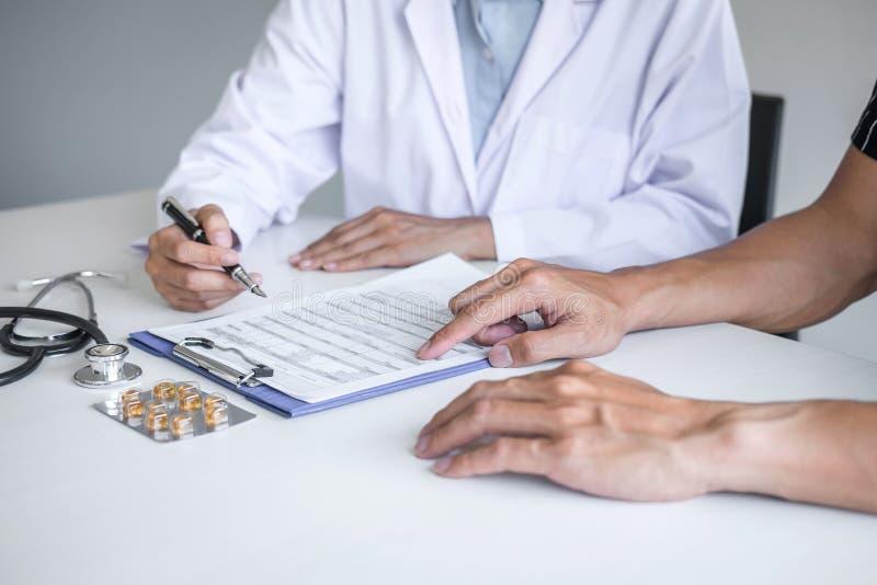 Пациент доктора советуя с обсуждая что-то симптом заболевания и порекомендовать методы лечения, представляя результаты на отчете стоковое изображение