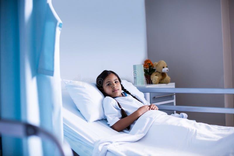 Пациент лежа на кровати стоковые фотографии rf