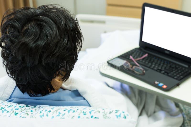 Пациент и компьютер стоковые изображения rf