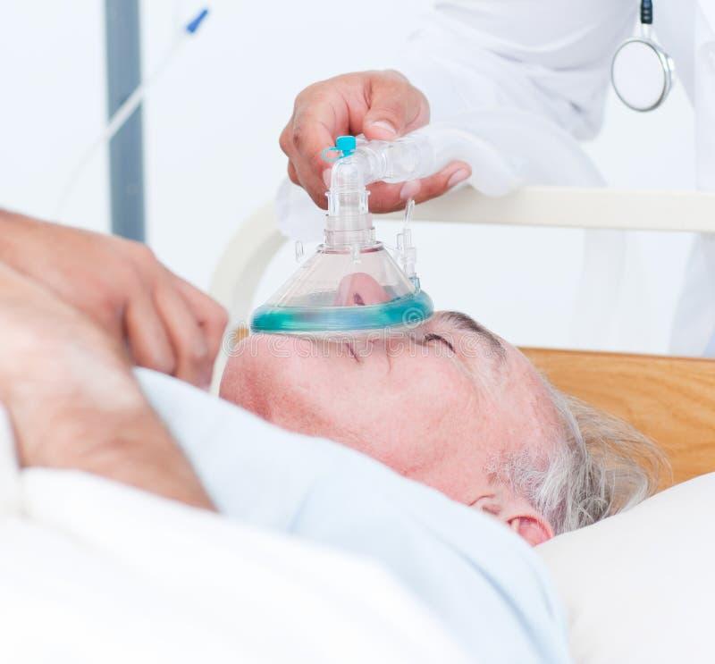 пациент кислорода маски получая старший стоковое фото rf