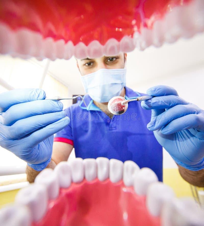 Пациент на клинике дантиста зубоврачебной стоковое изображение