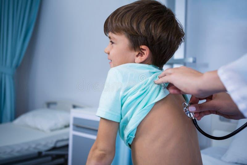 Пациент доктора рассматривая в палате стоковые фото