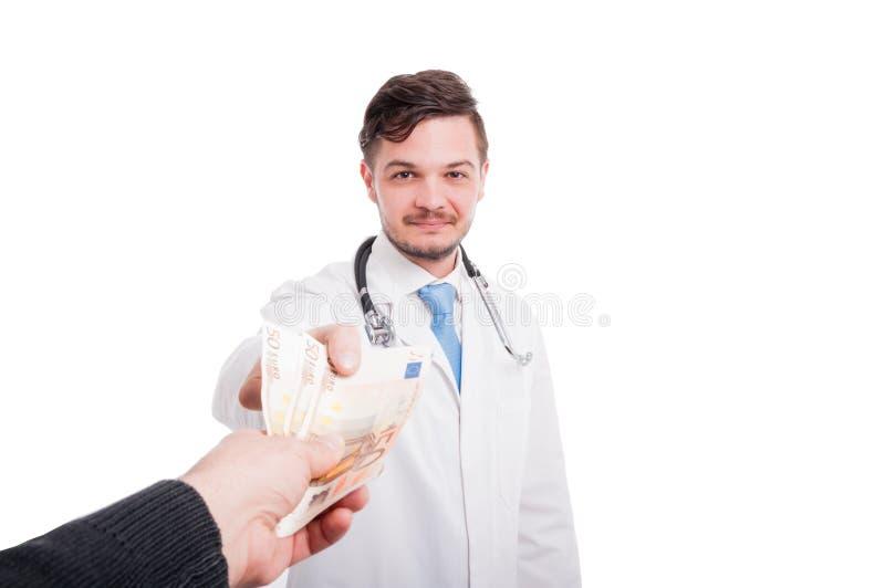 Пациент оплачивая обслуживания доктора стоковое фото rf