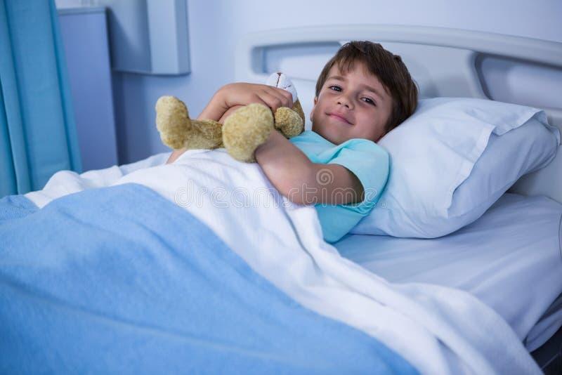 Пациент отдыхая в палате стоковые изображения rf