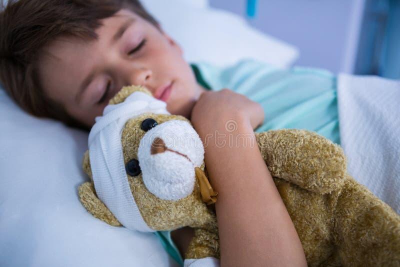 Пациент отдыхая в палате стоковое изображение
