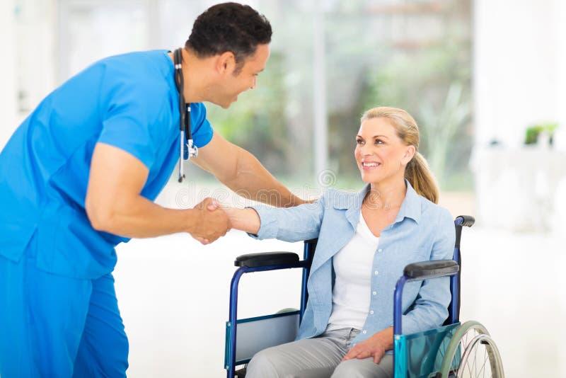 Пациент приветствию доктора стоковые фотографии rf