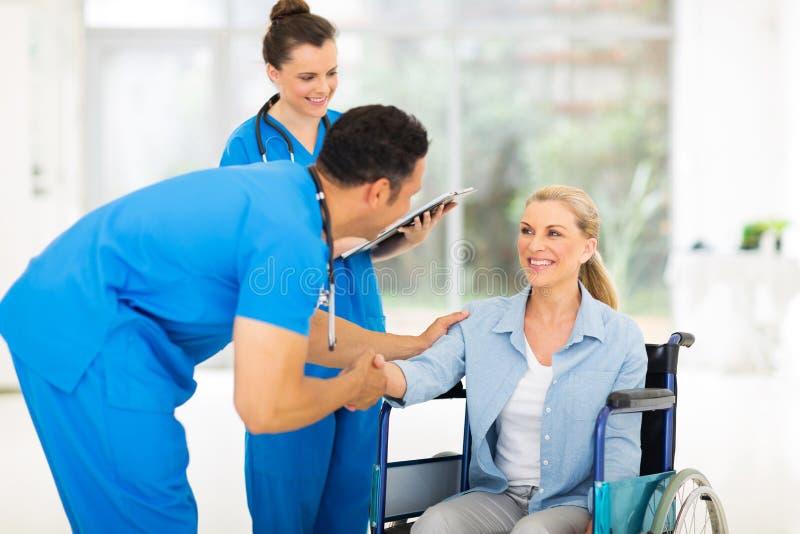 Пациент приветствию доктора стоковые изображения rf