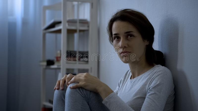 Пациент психической болезни сидя на поле, терапии больницы, шизофрении стоковое изображение