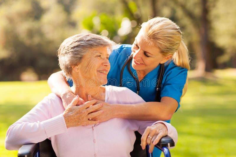 Пациент старшия медсестры стоковое изображение rf