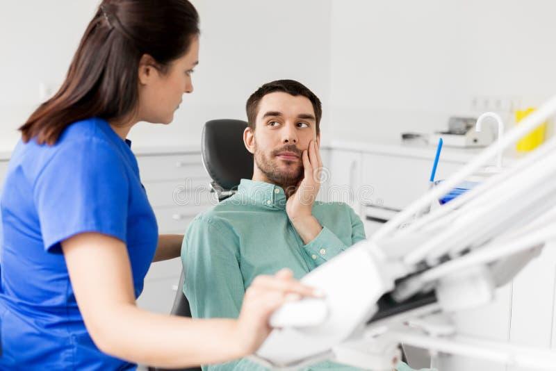Пациент с toothache на офисе дантиста стоковое изображение