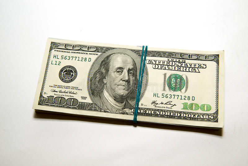 Пачка банкнот долларов США дальше над белизной стоковая фотография rf