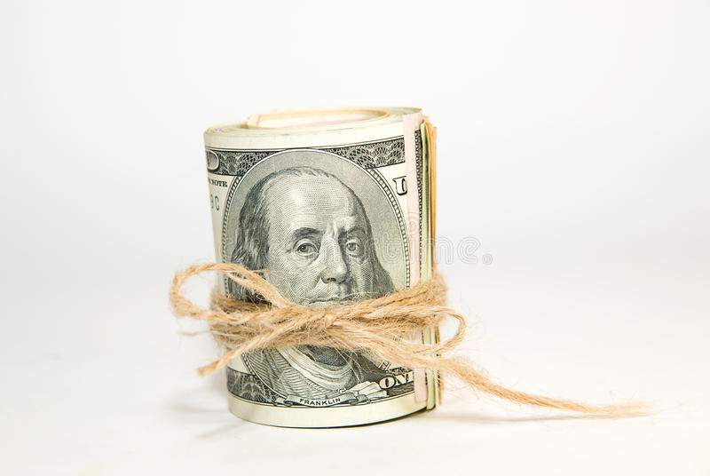 Пачка банкнот долларов США дальше над белизной стоковое изображение rf