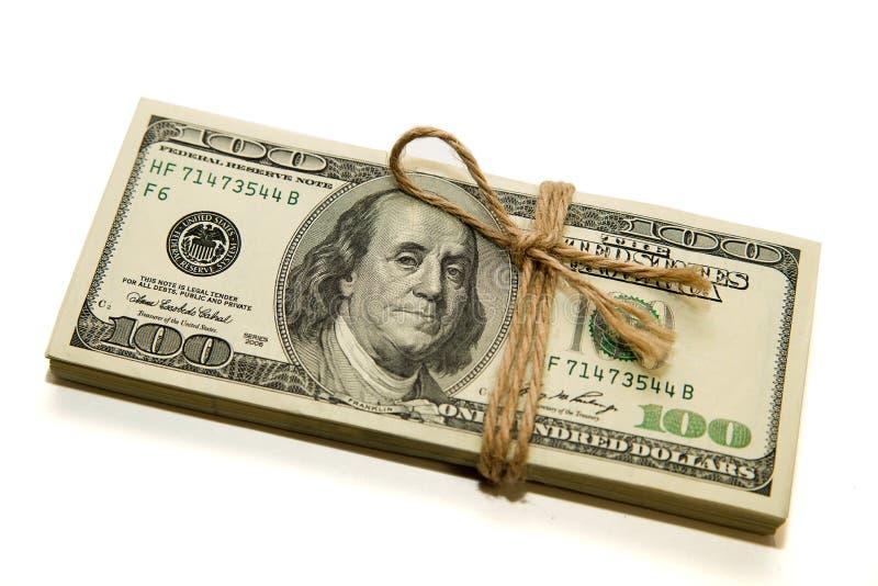 Пачка банкнот долларов США на белой предпосылке стоковые изображения