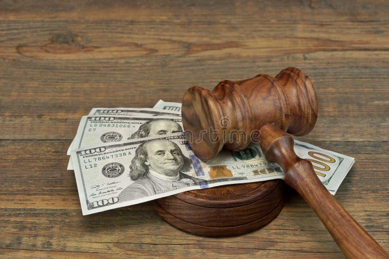 Пачка денег, молотка судей и Soundboard на деревянном столе стоковое изображение rf