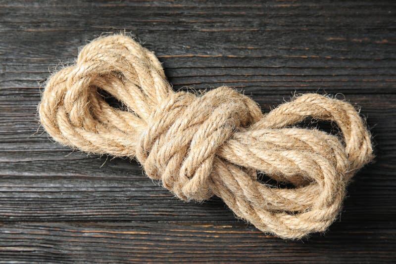 Пачка естественной пеньковой веревки на деревянной предпосылке стоковые фото