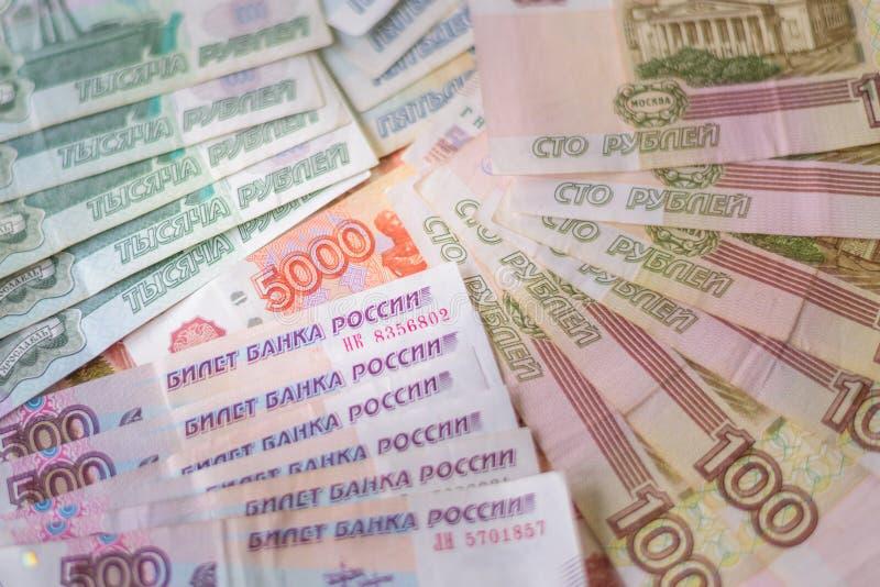Пачка рублевок бумажных денег, русские деньги стоковое изображение