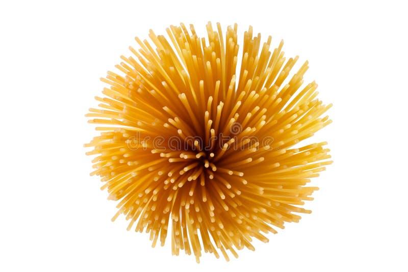 Пачка спагетти переплетенных совместно Сырые итальянские макаронные изделия изолированные на белой предпосылке стоковая фотография