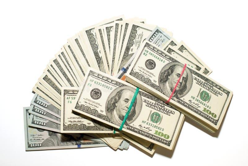 Пачки долларов США и банкнот на белой предпосылке стоковое изображение