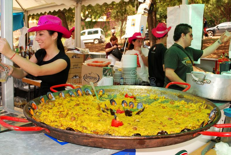 Паэлья на счетчике бара, Марбелье, Испании. стоковое фото
