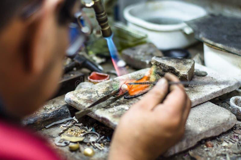 паять орнамента ювелира мастерский Изображение рук и поднимающего вверх продукта близкого стоковая фотография rf