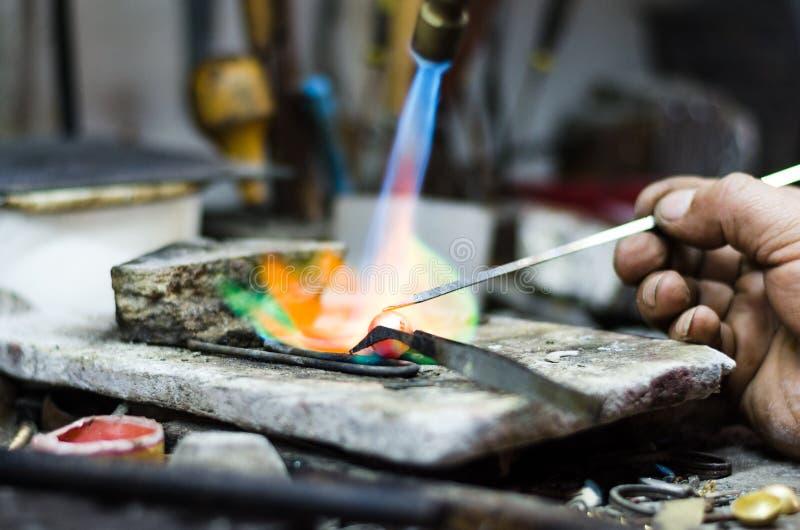 паять орнамента ювелира мастерский Изображение рук и поднимающего вверх продукта близкого стоковые изображения rf
