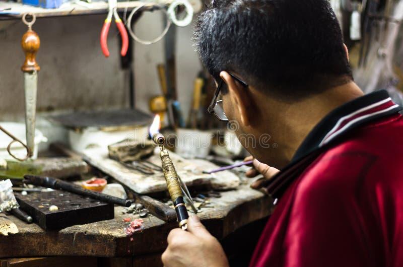 паять орнамента ювелира мастерский Изображение рук и поднимающего вверх продукта близкого стоковая фотография